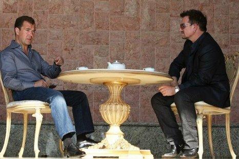 Боно, руководитель группы U2, вокалист и активный общественный деятель, в преддверии концерта встретился в неформальной обстановке с Президентом России Дмитрием Медведевым в Сочи. Боно и группа U2. Фото с сайта kremlin.ru