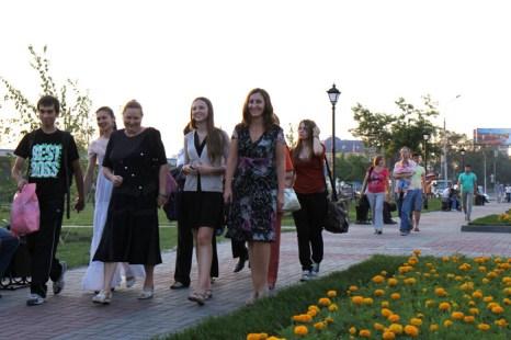 Открытие памятника императору Александру III в Новосибирске. Горожане идут на открытие памятника. Фото: Сергей Кузьмин/Великая Эпоха (The Epoch Times)