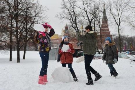 Дети играют в заснеженной Москве. Фоторепортаж. Фото: NATALIA KOLESNIKOVA/AFP/Getty Images