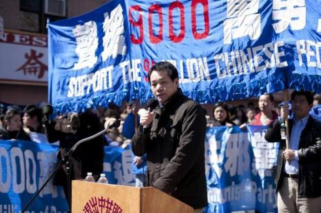 Фото3 — Тан Байцяо, видный китайский диссидент, выступает на митинге Tуйдан в Бруклине. Он собрался с другими сторонниками движения Tуйдан, чтобы отпраздновать массовые выходы людей из рядов китайской коммунистической партии. Нью-Йорк 27 марта 2011 г. Фото: Эдвард Дай/Великая Эпоха (The Epoch Times)