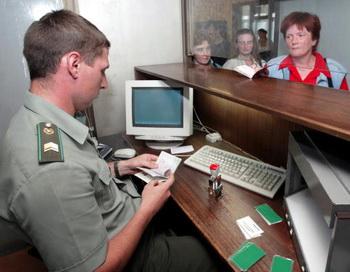 Правительство РФ упростило визовые формальности для граждан России и США. Фото: ALEXANDER NEMENOV/AFP/Getty Images