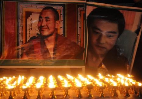 Портреты тибетцев, совершивших самосожжение в знак протеста против власти Китая. Фото: STRDEL/AFP/Getty Images