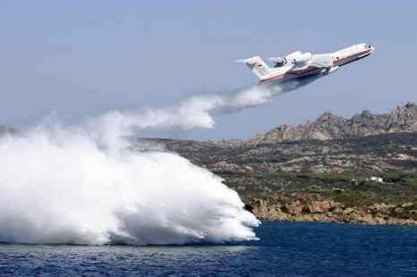 Два самолёта-амфибии помогут Туве бороться с пожарами. Бе-200 может набирать воду непосредственно в водоёме. Фото: STR/AFP/Getty Images