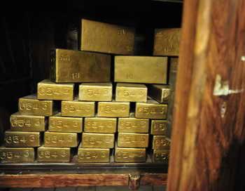 Сотрудники ФСБ Магадана перекрыли канал незаконной поставки золота на Северный Кавказ и конфисковали более 10 килограмм золота. Фото: ATTILA KISBENEDEK/AFP/Getty Images