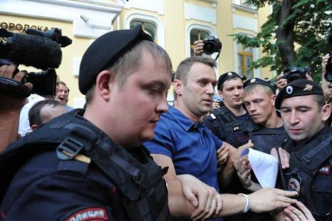 Алексей Навальный был задержан на выходе из Мосгоризбиркома когда жделал заявления для сторонников и прессы. Фото: VASILY MAXIMOV/AFP/Getty Images