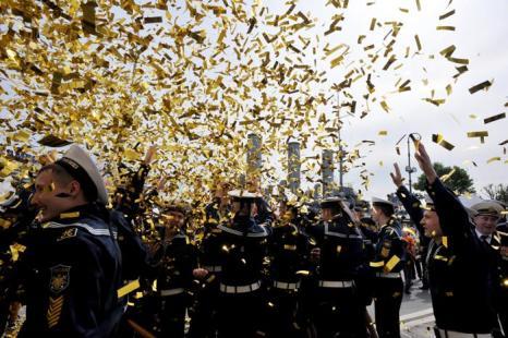 Курсанты колледжа военно-морского флота адмирала Павла Нахимова празднуют выпускной после официальной церемонии. Фото: OLGA MALTSEVA/AFP/Getty Images