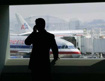 Пассажирам будет не обязательно стараться сделать все звонки до посадки, но стоить это будет дорого.   Фото: Chris Hondros/Getty Images