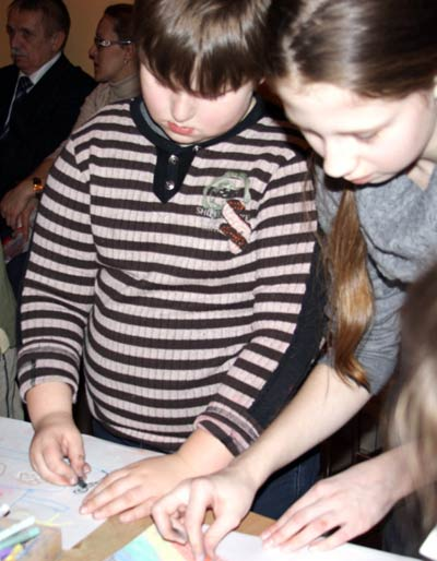 Дети увлеченно рисуют Радость. Фото: Ульяна Ким/Великая Эпоха