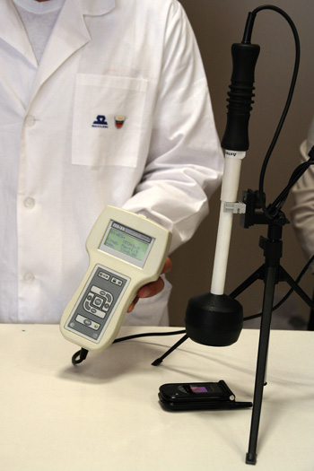 Замер электромагнитного излучения в момент приема сигнала мобильным телефоном. Фото: Анатолий Белов/Великая Эпоха