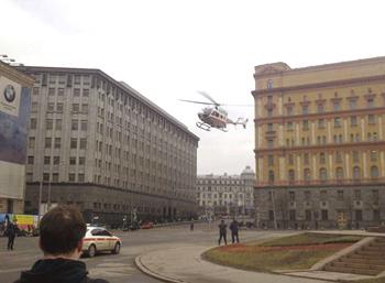 Вертолет приземляется возле станции метро Лубянка в Москве 29 марта 2010г. после произошедших двух взрывов в течение утреннего час-пика в Московских станциях метро Лубянка и Парк Культуры. Фото: OLEG KASHIN/AFP/Getty Images