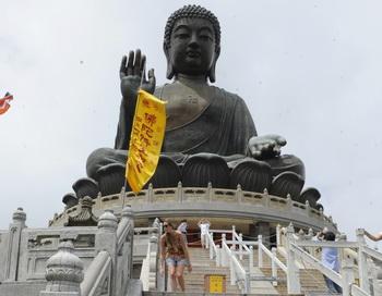 Самая высокая статуя Будды в настоящее время, установленная в Гонконге 8 мая 2011 года. Фото: ANTONY DICKSON/AFP/Getty Images