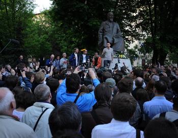Илья Яшин выступает во время митинга на Чистых прудах 15 мая 2012 года. Фото: NATALIA KOLESNIKOVA/AFP/GettyImages