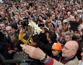 Писатель Борис Акунин в ходе Контрольной прогулки в Москве 13 мая. Фото: KIRILL KUDRYAVTSEV/AFP/GettyImages