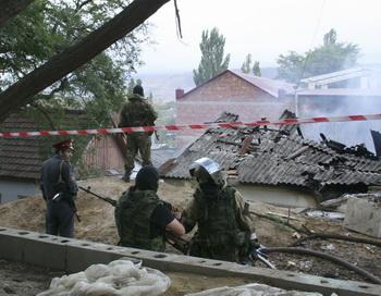 Русский спецназ проводит операцию по задержанию боевиков в Махачкале. Фото: TIMUR ABDULLAEV/AFP/Getty Images