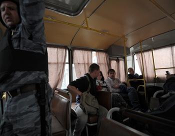 Сторонники оппозиции в полицейском автобусе после митинга 19 мая 2012 года в центре Москвы. Фото: ANDREY SMIRNOV/AFP/GettyImages