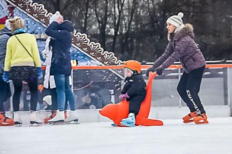 Катание на коньках гостей Рождественской ярмарки в Санкт-Петербурге. Фото: Олег Луценко/Великая Эпоха (The Epoch Times)