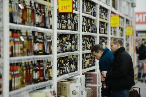 Спиртные напитки депутаты предлагают продавать по банковским картам. Фото: NATALIA KOLESNIKOVA/AFP/Getty Images