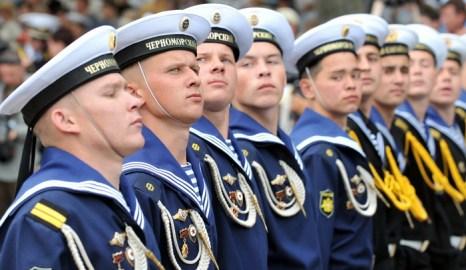 В Севастополе по случаю Дня ВМФ России и Дня флота Украины прошёл морской парад. Фото: SERGEI SUPINSKY/AFP/Getty Images