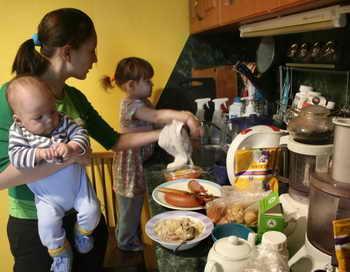 Камчатские многодетные мамы будут получать пособие. Фото: EKATERINA CHADINA/AFP/Getty Images