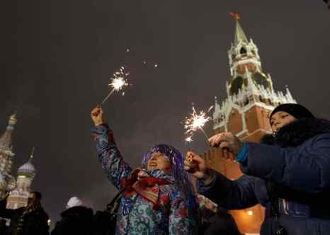 Сотрудники ВЦИОМ проводили анкетирование. Как показал опрос, большинство россиян уже спланировали, как проведут новогодние каникулы. Фото: NATALIA KOLESNIKOVA/AFP/Getty Images