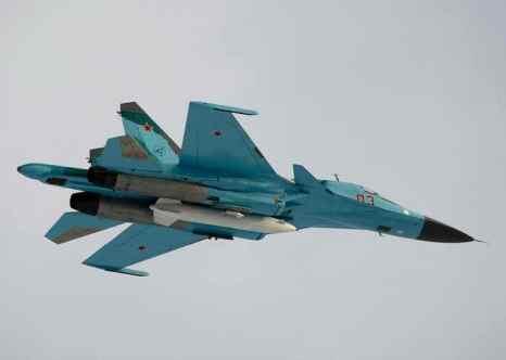 Су-34. ЮВО получит около 30 боевых самолётов и вертолётов.  В том числе новейшие истребители Су-34, Су-30М2, Су-27СМ3, Су-25СМ, также ударные вертолёты Ми-35М. Фото: ALEXANDER ZEMLIANICHENKO/AFP/Getty Images