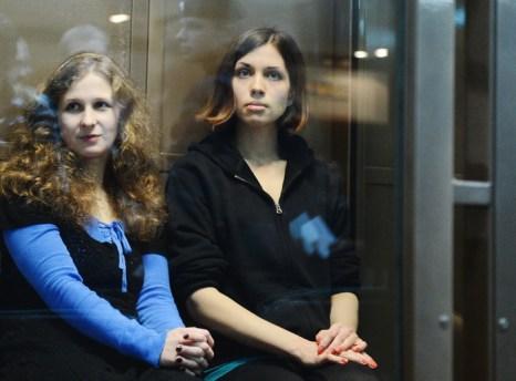 Мария Алёхина (слева) и Надежда Толоконникова, 10 декабря 2012 года. Фото: NATALIA KOLESNIKOVA/AFP/Getty Images