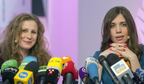 Надежда Толоконникова и Мария Алёхина 27 декабря на первой пресс-конференции в Москве. Фото: YEVGENY FELDMAN/AFP/Getty Images