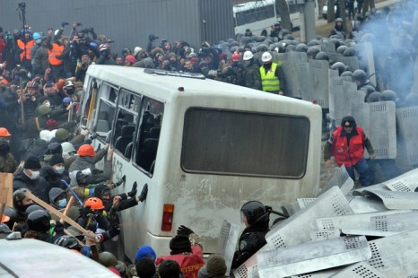 Столкновения демонстрантов с полицией 19 января 2014 года во время митинга оппозиции в центре  Киева. Фото: SERGEI SUPINSKY/AFP/Getty Images