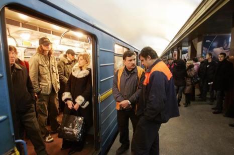 Растёт число украинцев, покидающих страну. Фото: SERGEI SUPINSKY/AFP/Getty Images