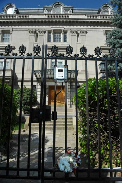 Лех Качиньский погиб. Букет цветов на воротах посольства Польши 10 апреля 2010 в Вашингтоне. Фото: MANDEL NGAN/AFP/Getty Images