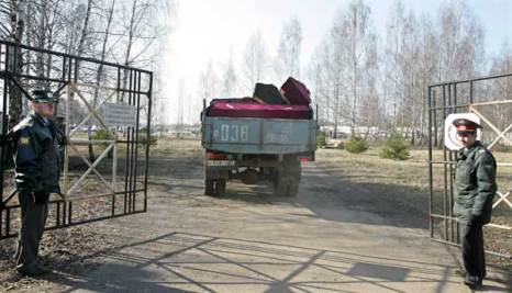 Грузовик с гробами въезжает в ворота Смоленского аэропорта. Фото: MAXIM MALINOVSKY /AFP/Getty Images