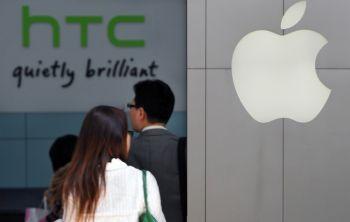 Apple Inc. предъявила иск тайваньскому производителю телефона HTC Corp., обвиняя одного из своих главных конкурентов на рынке смартфонов в краже ее технологии сенсорного экрана. (Фото Sam Yeh & Lintao Zhang/Getty Images)