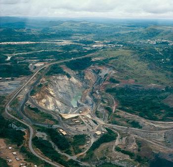 В открытом карьере для разработки залежей урана в Окло, в Габоне, обнаружено более дюжины зон, где когда-то происходили ядерные реакции. Фото с сайта earth_science