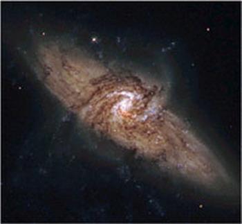 Уникальная пара галактик, названная NGC 3314.  Ближайшая к нам спиральная галактика   перед другой большей спиралью.  Такое расположение  дает редкий шанс для наблюдения темной материи. Фото: NASA