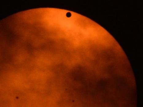 Фотографии  транзита Венеры по диску Солнца с  разных точек Земли. Бангкок. Фоторепортаж. Фото: SAID TED ALJIBE, JACK GUEZ, KHATIB/AFP/GettyImages