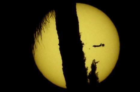Фотографии  транзита Венеры по диску Солнца с  разных точек Земли. Лос-Анджелес, Калифорния, США. Фоторепортаж. Фото: SAID TED ALJIBE, JACK GUEZ, KHATIB/AFP/GettyImages