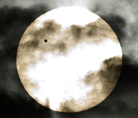 Фотографии  транзита Венеры по диску Солнца с  разных точек Земли. Нью-Дели, Индия. Фоторепортаж. Фото: SAID TED ALJIBE, JACK GUEZ, KHATIB/AFP/GettyImages