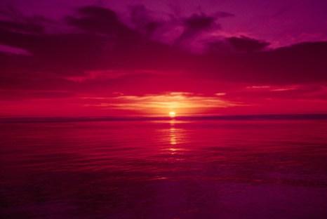 На закате отсеивается так много голубого света, что солнце выглядит оранжевым или даже красным. Фото: Cornstock/Photos.com