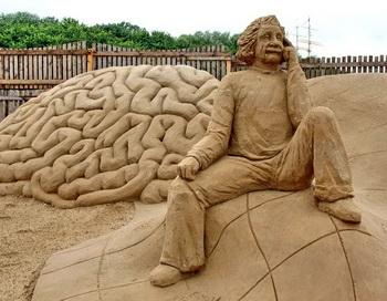 Альберт Эйнштейн из песка в Травемюнде (Германия). Ньютоновский взгляд на мир и мнения других мыслителей создали интеллектуальные  рамки сегодняшним исследованиям. Некоторые ученые начали пристальней  рассматривать эти рамки. Фото с сайта epochtimes.de