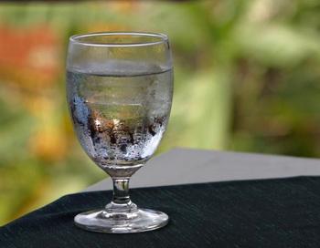 Недоступное и желанное: когда мы хотим пить, стакан воды, кажется ближе, чем когда не испытываем жажды. Фото с сайта Photos.com