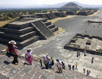 Туристы осматривают пирамиду Луны на месте археологических раскопок Теотиуакана 28 января 2008. 3 августа археологи объявили, что они нашли тоннель и гробницу, которые могут предоставить первые ключи к разгадке тайны неизвестных правителей города. Фото: Роналдо ШЕМИДТ/AFP/Getty Images