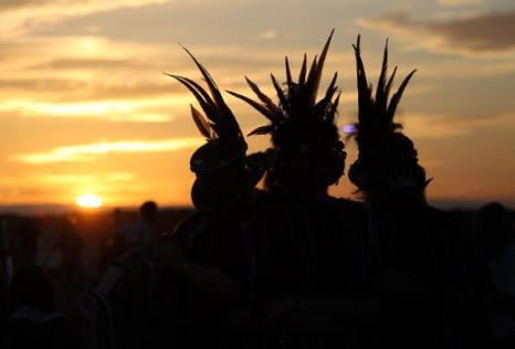 Священная церемония в Стоунхендже на закате Солнца 20 июня. Фоторепортаж. Фото: Matt Cardy/Getty Images