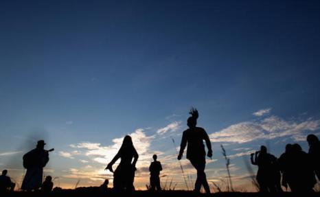 Песни и танцы на закате Солнца в Стоунхендже 20 июня. Фоторепортаж. Фото: Matt Cardy/Getty Images