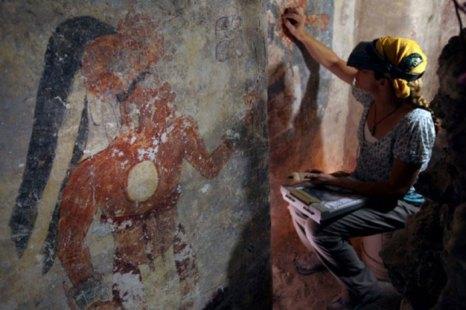 Реставратор Анджелин Басс чистит и восстанавливает поверхность стены дома индейцев майя, относящегося к 9 веку н.э. Изображение человека, который, возможно, был городским писцом, виднеется с левой стороны. Исследование проведено в сотрудничестве с Национальным Географическим Обществом. Фото: Tyrone Turner/National Geographic