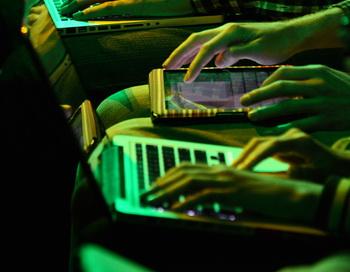 В США интернет-зависимых людей будут лечить в психбольнице. Фото: ROBYN BECK/AFP/Getty Images