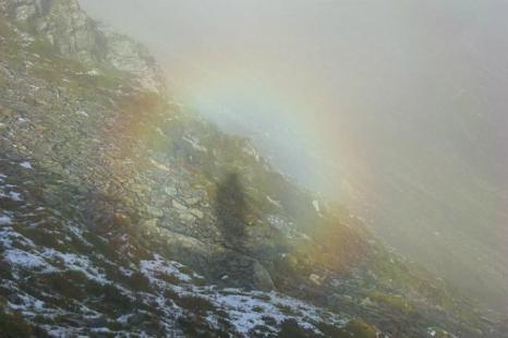 Брокенский призрак на горе Онтаке в префектуре Нагано, Япония. Брокенский призрак — это тень человека в окружении радужного света, появляющаяся в горах. Фото: Wikimedia Commons