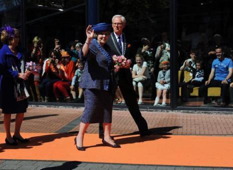 День королевы в Нидерландах. Королева Нидерландов Беатрис (Beatrix) и мэр города  Veenendaal. Фоторепортаж. Фото: Jasper Juinen/Getty Images