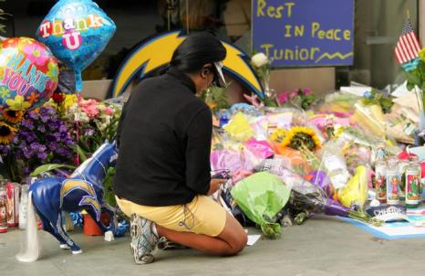 В Сан-Диего чтят память легенды NFL Tiaina  Seau младшего. Фоторепортаж. Фото: Kent C. Horner/Getty Images