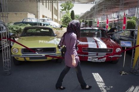 Фоторепортаж об автосалоне классических автомобилей в Тегеране.  Фото: BEHROUZ MEHRI/AFP/Getty Images