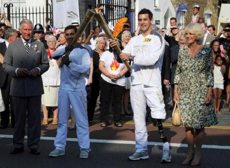 Принц Чарльз и Камилла присутствовали на эстафете передачи Олимпийского огня в Тоттенхэме. Фоторепортаж. Фото: Paul Hackett/WPA Pool/Getty Images
